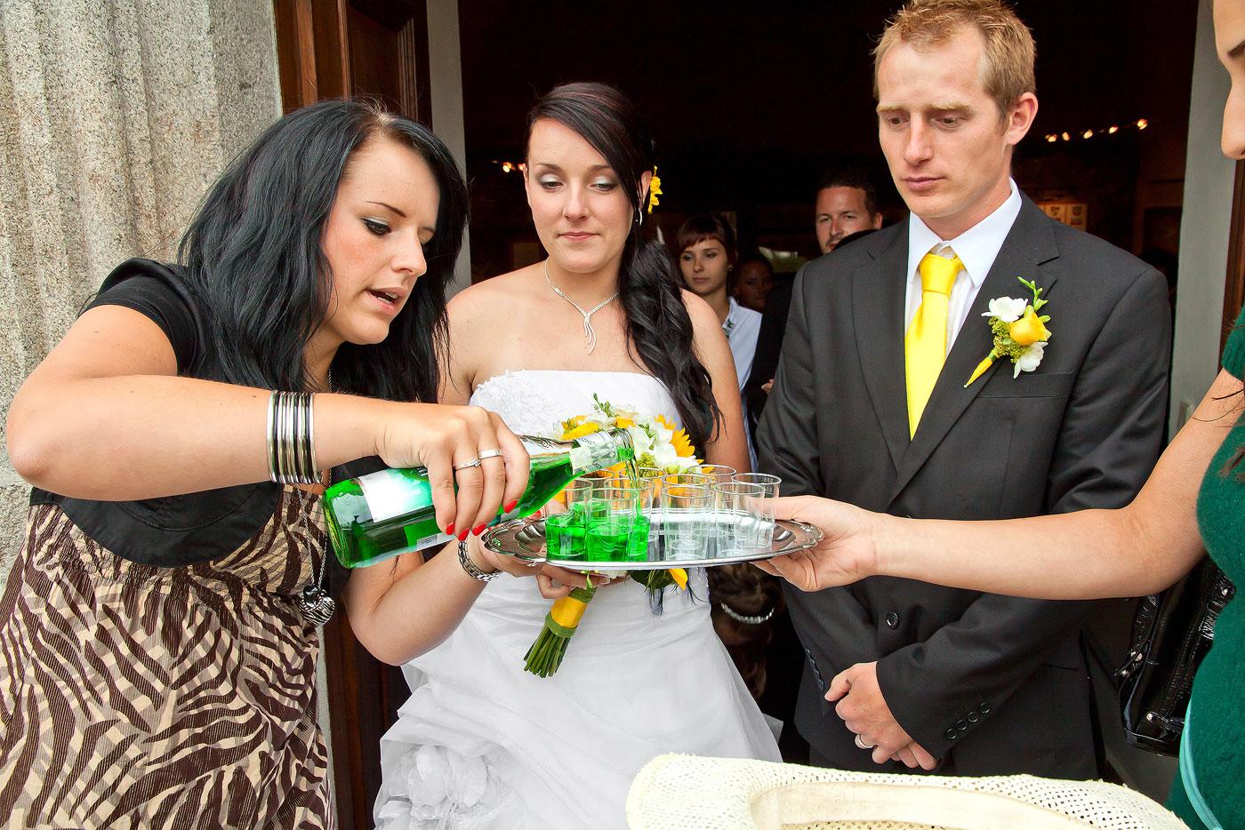 Svatební přípitek - svatební fotograf Nové Hrady